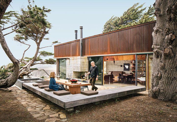 Ramírez y su compañera, Sarah Mason Williams, cenar en una mesa de secoya por Redwood Burl junto a un árbol de enebro descomunal que pidieron a los arquitectos a preservar como una pieza central de la propiedad.