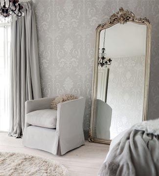Apoyar un gran espejo en el suelo permitirá que la habitación se vea más amplia, ya que al estar algo inclinado, reflejará parte del techo. Son perfectos para la pared del fondo de un pasillo, la entrada de casa o el vestidor.
