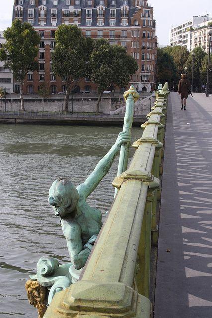 """Le Pont Mirabeau,Paris """"Sous le pont Mirabeau coule la Seine Et nos amours. Faut-il qu'il m'en souvienne. La joie venait toujours après la peine....."""" (Apollinaire)"""