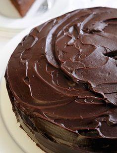 Ha már kész vannak a tortalapok, jöhet a legfontosabb összetevő: a finom, tökéletes állagú csokikrém.