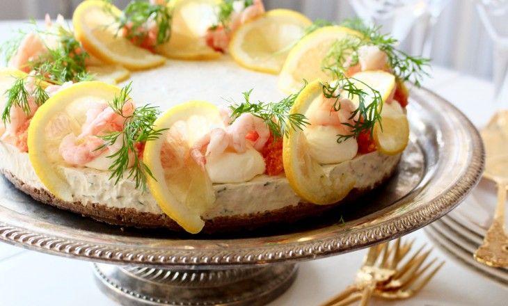 Bjud på en festlig laxtårta med löjrom och räkor – perfekt till nyår, påsk eller midsommar!