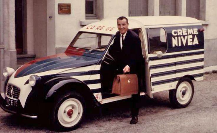 Citroën 2cv fourgonnette Nivéa avec le VRP et sa serviette en cuir