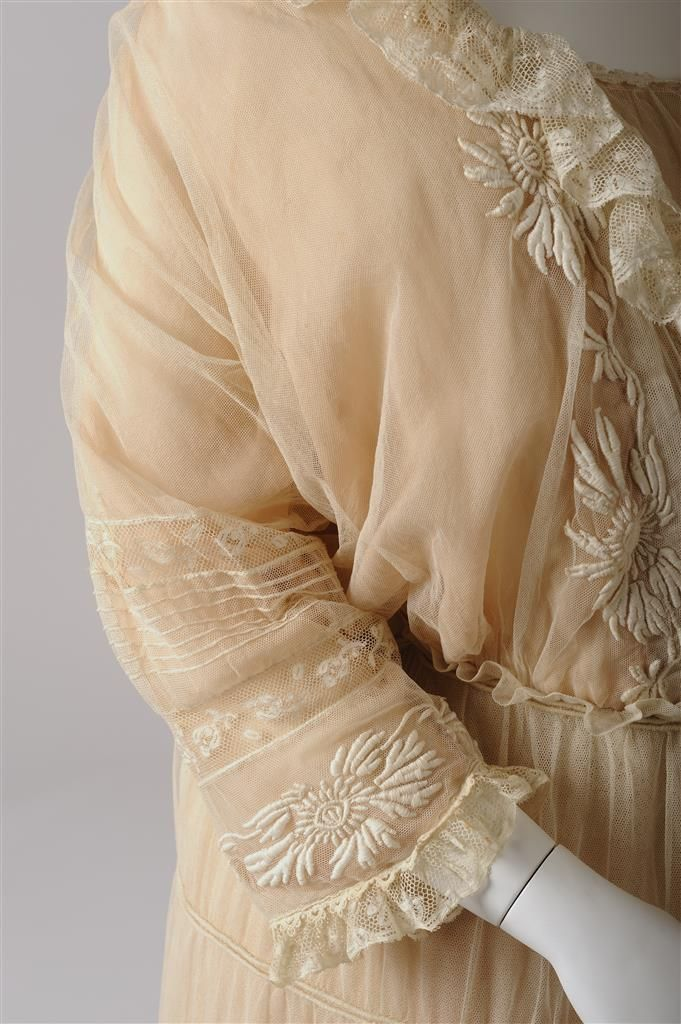 Berta Farnhammer, Detail Lingeriekleid, um 1910/1912, Baumwolltüll, Baumwolltüllspitze, Ätzspitze, Seidenmusselin © Wien Museum