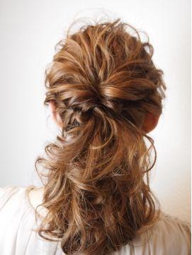 巻いたヘアをまとめて