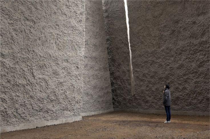 Estimulante textura aspera de hormigón armado obtenida por medios mecánicos de Menis Arquitectos Menis Arquitectos , IGLESIA DEL SANTISIMO REDENTOR (Tenerife) |2004-08| foto sup: Simona Rotta ¿quie…