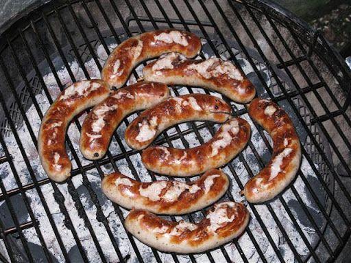 Selbstgemachte Bratwurst nach Thüringer Art, eine der besten Bratwürste, die ich kenne. Gegrillt und angerichtet mit Senf ein echter Genuss.