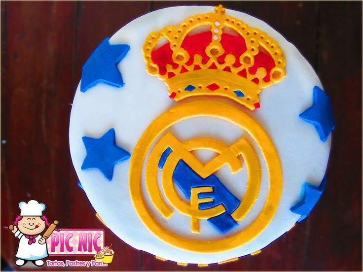 Torta decorada en fondant con escudo del Real Madrid.