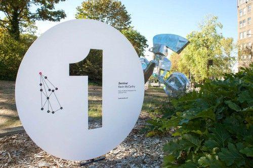 Mad Campus contou com uma série de 12 instalações de arteespecíficaspor 12 artistas emergentes diferentes, espalhados por todo o campus da University of Washington. O sistema desinalização proje...