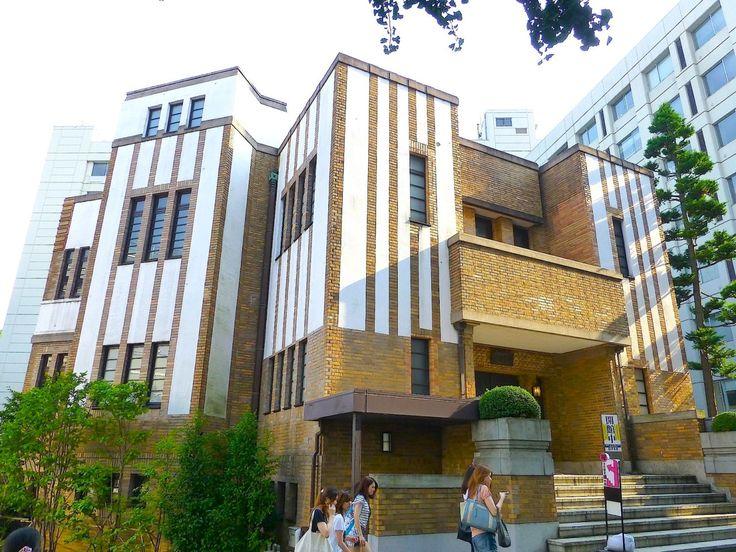 駒澤大学耕雲館です。 .  設計した、建築家、菅原栄蔵は、 巨匠、フランク・ロイド・ライトに影響を受けた、 と言われます。 .  そのためその作品は、 二言目には、「ライト風」、「ライト風」、 と言われてしまい、 何か気の毒な感じがします。 .  確かに、ところどころに、 そんな「風」はあるような気もしますが。 .  でも、重厚なボリュームが、 角度を変えながら、折重なるように並んでいて、 独特の迫力がありました。 .  また、 家型のような三角形の「アーチ」も、 他ではあまり観たことがないような...