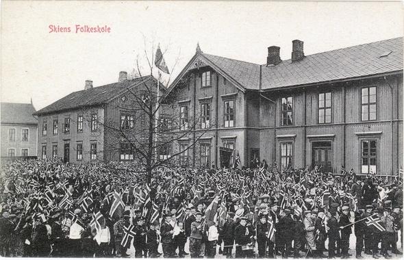 Lunde skole i Skien - den gang Skiens Folkeskole. Men disse bygningene ble revet lenge før min tid...    Telemark Museum anslår at fotografiet er fra ca. 1900-1910.
