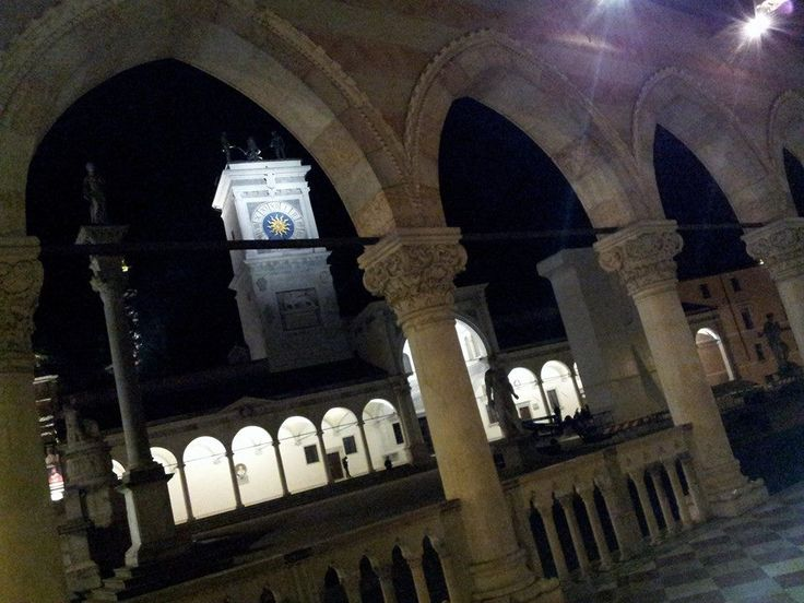 La notte a #Udine, un po' così, in quella piazza illuminata! https://www.facebook.com/photo.php?fbid=373836126152122&set=gm.1570036999914415&type=1&theater …