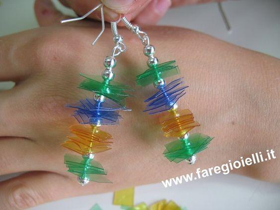 Orecchini realizzati con plastica e perline