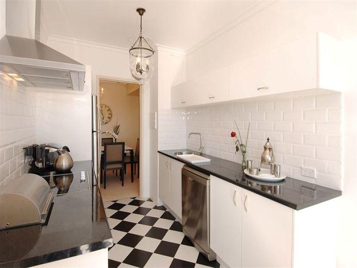 Il bianco in cucina vi ha stufato? Create un contrasto tra pavimento e pareti con piastrelle a scacchi. Il risultato sarà un mix di stile ed eleganza!