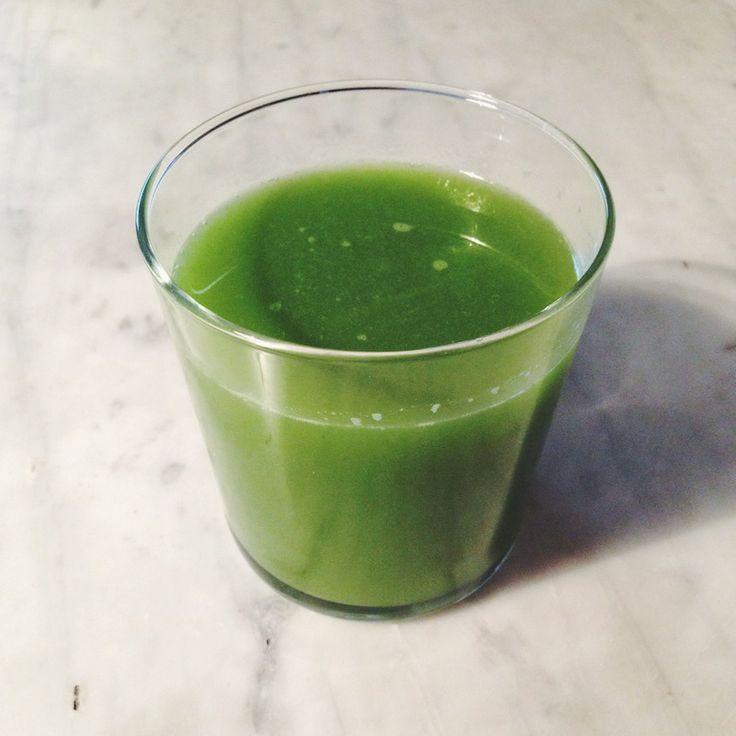 grønn juice og quinoakaker.