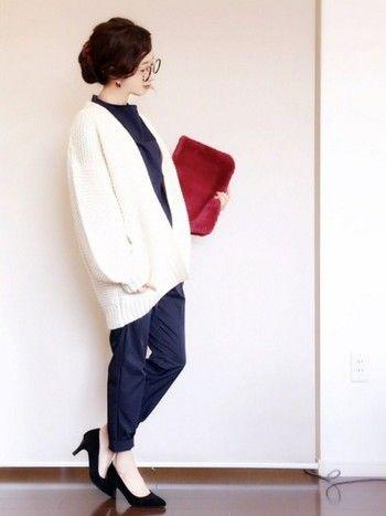 ビッグシルエットのカーディガン×細身パンツのバランスが可愛い、今年っぽいコーデ。真っ白なカーディガンは、重くなりがちな冬のファッションをいっきに明るくしてくれます。ゆったり羽織れるので、中にパーカーやGジャンを着ることだってできます。