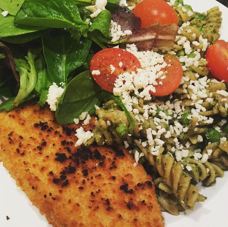 Avocado and basil pesto pasta with @quorn_uk fillet and new @tescofood 'parmesan'  . . #vegan #gary #vegancheese #veganparmesan #avocado #salad #quorn #tesco #pesto #dinner #hungry #veganism #vegangirl #veganfood #veganlife #plantbased #healthyfood #vegansofig #govegan #whatveganseat #anythingyoucanmakeicanmakevegan