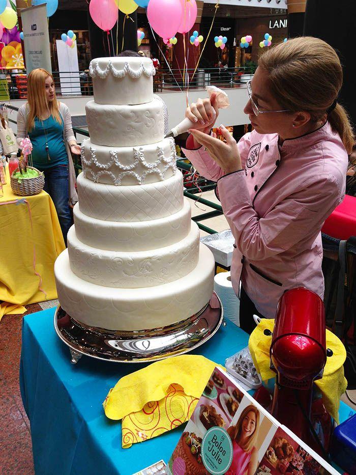 Decoração de um Bolo de Noiva com glacé real <3 Wedding Cake decoration with royal icing <3 Julie Deffense <3 www.cake.pt