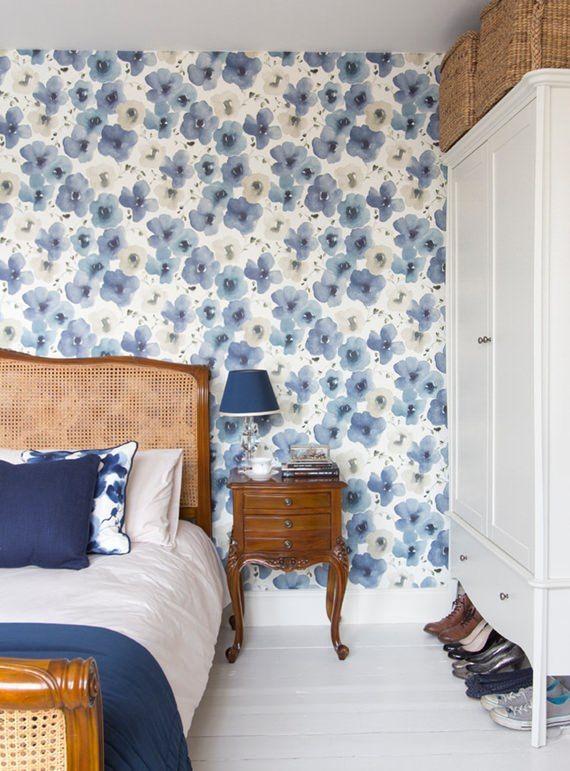 No quarto, o azul e branco dão um ar navy para a composição. Adoramos o aproveitamento de espaço em cima dos armários, com cestões bonitos de fibra natural. Além de organizar várias coisas, incrementam a decoração e conversam com a cama com detalhes em palhinha.