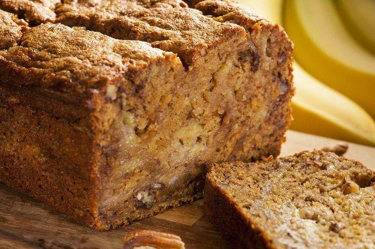 Bananenbrood is momenteel erg in. Dit recept van bananenbrood bevat geen suiker en boter dus lekker verantwoord. Gebruik lekker rijpe bananen voor dit recept