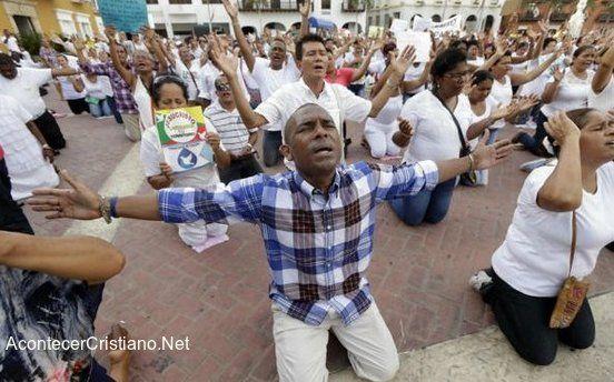 COLOMBIA.- Cerca de un  millar de evangélicos  protestaron contra la medida, que prohíbe la oració...