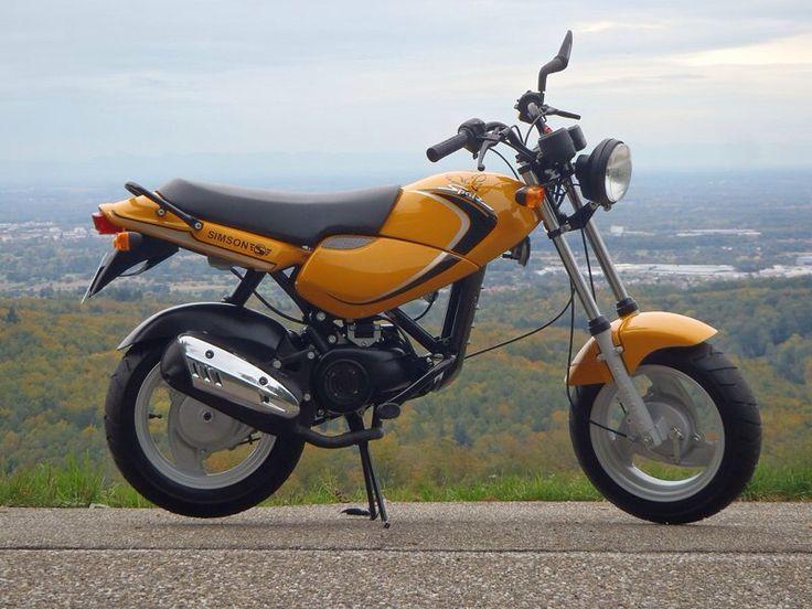 Simson Spatz MS50 Technische Angaben: Motor: Zweitakt-Otto-Motor mit Katalysator Hubraum: 49,9 ccm Max.Leistung: 2,3kW bei 7000 U/min Getriebe/Antrieb: stufenlose Automatik, Elektro- und Kickstarter Bremsen: vorn Trommelbremse, hinten Trommelbremse Leergewicht: 83 kg zul. Gesamtgewicht: 210 kg Tankinhalt/Reserve: 9,5Liter/1,5Liter Sitzhöhe: 760mm Ausführung: 1 Sitzplatz Farben: narzissengelb, gelbgrün, rot VK-Preis: 3415 DM - 1747 Euro