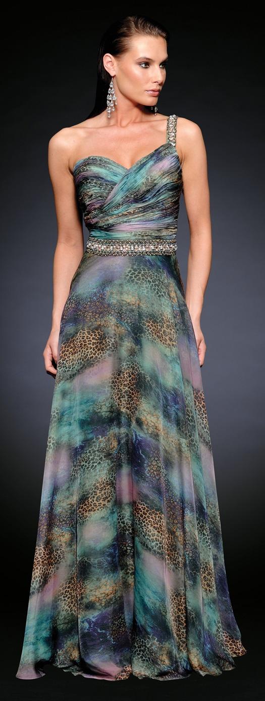 Vestido para fiestas de noche desarrollado en suave chifon estampado, decorado delicadamente con una banda de canutillos en la cintura. Hermoso vestido para fiestas formales