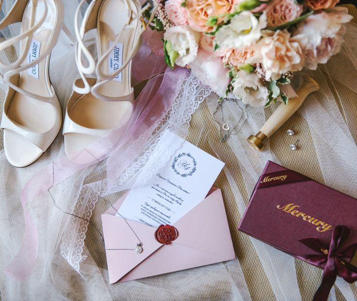 Пригласительные в нежных тонах. Нестандартный конверт, сургучная печать с инициалами. Пригласительные, приглашения, приглашение, свадьба, свадебные,  полиграфия, свадебная, оформление, праздник, торжество, конверты, карточки, тиснение, золото, шелковые, weddywood, wedding, invitations, билет, самолет, контурная, резка
