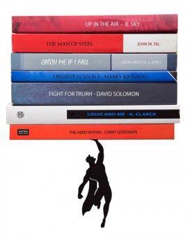 Superman lleva libros volando