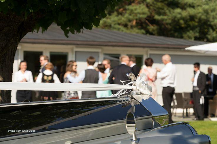 Weddingphoto with our Rolls Royce 1956 mod 💍 Photografer: Tom Arild Olsen #Wedding #Bryllup #Dehistoriske #HotellRefsnesGods #Moss #Norge #Norway #VisitØstfold #VisitOslofjord #Jeløy #Bryllupsfotografering #Summer #sommerbryllup #RollsRoyceSilverWraith1956