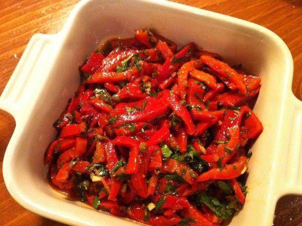 Ingrédients (4 personnes) 4 Beaux poivrons rouges 3 Gousses d'ail Huile d'olive Vinaigre balsamique Sel Poivre Persil Préparation Allumez le grill du four et mettez les poivrons rouges …