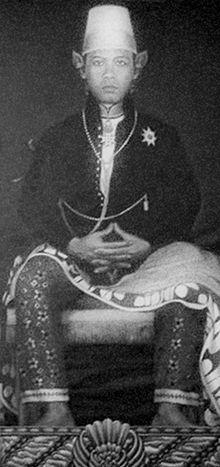 Sri Sultan Hamengkubuwana IX (bahasa Jawa: Sri Sultan Hamengkubuwono IX), lahir di Yogyakarta, Hindia-Belanda, 12 April 1912 – meninggal di Washington, DC, Amerika Serikat, 2 Oktober 1988 pada umur 76 tahun. Ia adalah salah seorang Sultan yang pernah memimpin di Kasultanan Yogyakarta (1940-1988) dan Gubernur Daerah Istimewa Yogyakarta yang pertama setelah kemerdekaan Indonesia. http://id.wikipedia.org/wiki/Hamengkubuwana_IX