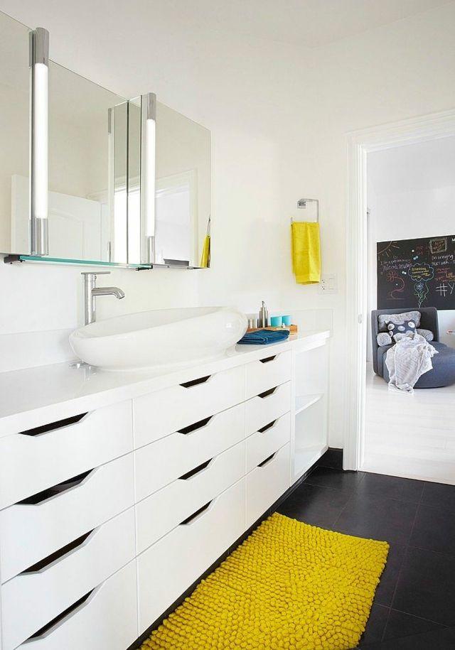 Petit appartement avec des meubles de couleurs vives style