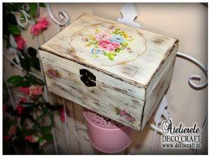 Caseta cu buchetel de flori, realizata la Atelierul Deco Craft - Shabby Chic si Tehnica servetelului #shabby_chic #ateliere_creatie #servetele_flori #tehnica_servetelului #servetele_decoupage