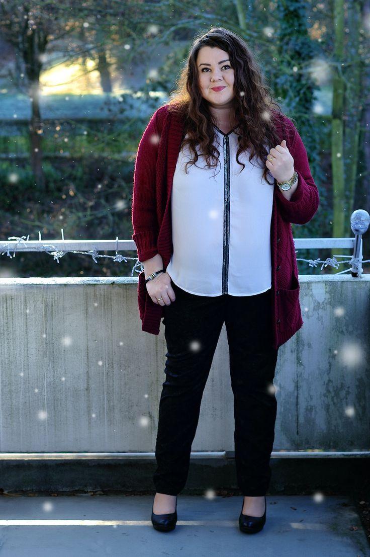 Große Größen Plus Size Fashion Blog - a christmas outfit -burgundy cardigan, black and white shirt, black lace pants - kik textilien, bon prix, ms mode