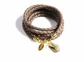 """Nappaleren armband in de kleur taupe. Met 14krt vergulde magneet sluiting en Swarovski kristallen hanger """"Golden Shadow"""".  Leuk om te combineren met een van de andere  armbanden van Ma Tina. Model: 2NA-3106.  Lengte 55 cm."""