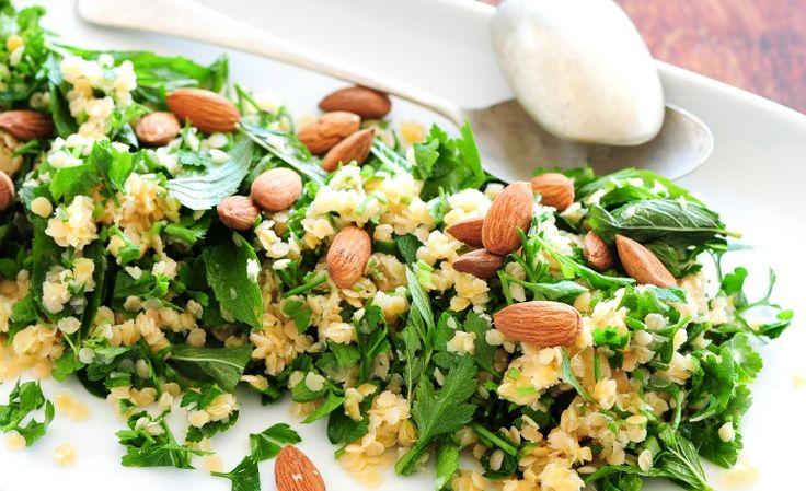 Un primo piatto che è davvero a tutta salute: insalata di lenticchie gialle con rucola e mandorle, un saporito mix di benessere!