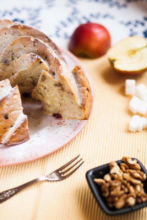 jablečná bábovka s ořechy, brusinkami