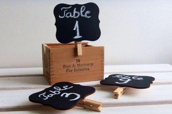 #HLo-Tips: identificadores para mesas estiló vintage, se puede poner números, ciudades o nombres representativos de los novios.
