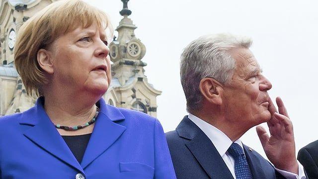"""Vor Beginn des zentralen Festakts in der Semperoper konnte man Stimmen hören, die laut """"Merkel muss weg!"""" riefen."""