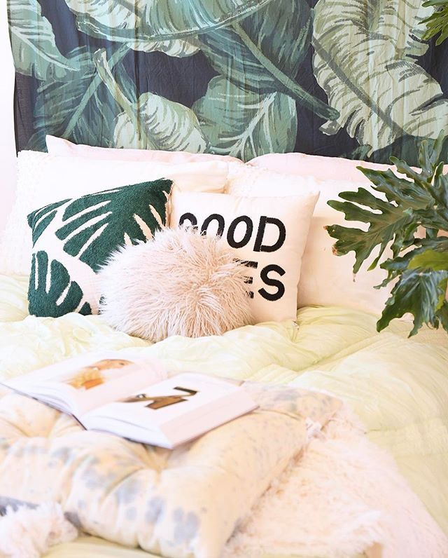 Bedroom, Schlafzimmer, Kissen, Pflanzen, Tapete, Green, Grün, Bettdecke, Good Vibes