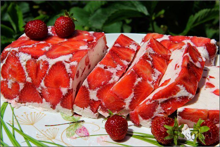 Нежный и вкусный десерт с отличным сливочно-ягодным вкусом и ароматом. К клубничному сезону с удовольствием делюсь рецептом.   Ингредиенты:  Йогурт — 500 мл Желатин — 20 г Джем клубничный — 100 г Твор…