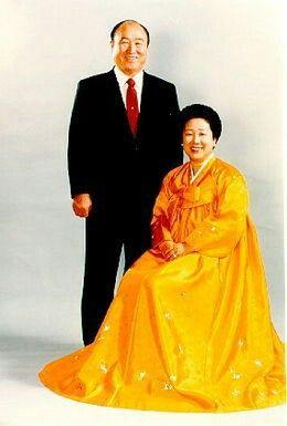 Sun Myung Moon (1920-2012) et Hak Ja Han ..il fonde en 1954 l'église de l'unification..il déclare qu'à l'âge de 15 ans le Christ lui ai apparu... https://fr.m.wikipedia.org/wiki/Sun_Myung_Moon