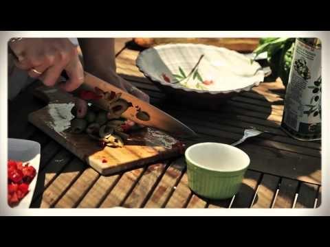 Linnéa Seidel lagar jättesmörgås med grillade grönsaker och fetaost på Lesvos i Grekland.