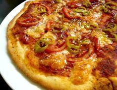 πίτσα με ελαιόλαδο, φρέσκια ντομάτα, ρίγανη και πιπεριές