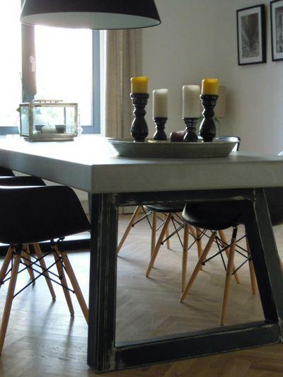 Stoere tafel met RVS poten. www.betonlookdesign.nl