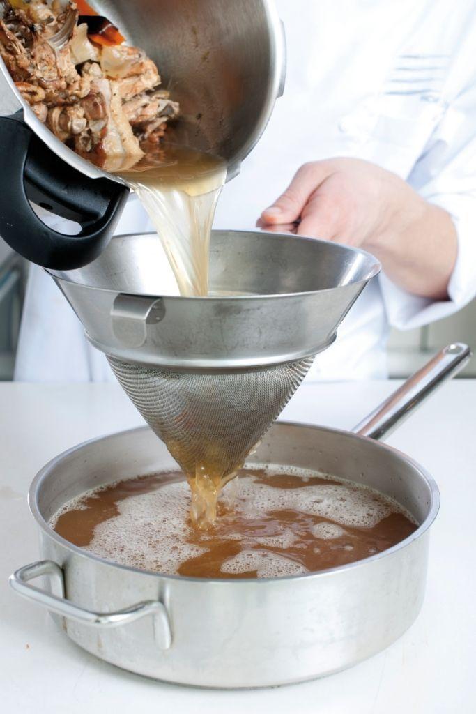 Bereiden: Verwarm de oven voor op 180°. Leg de karkassen op een bakplaat met bakpapier    en bak ze 30 minuten in de voorverwarmde oven. Snijd de groenten grof en leg de ui en wortel bij de karkassen op de bakplaat. Zet nog 20 minuten in de oven.