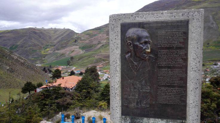 Vista desde el monumento a La Loca Luz Caraballo (3.505 msnm) al Observatorio Nacional Llano del Hato CIDA y placa con el palabreo a La Loca Luz Caraballo del cumanés, abogado, escritor, humorista, poeta y político venezolano  Andrés Eley Blanco.