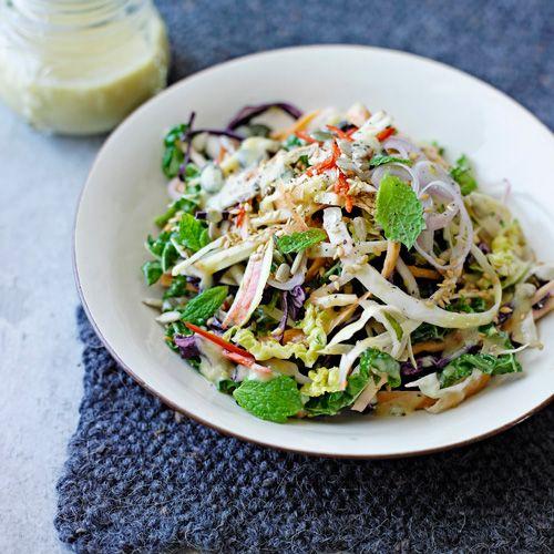 Doe dekoolsoorten, wortels,appels, sjalotjes, pitten,zaden en munt in een groteschaal.    Meng de rest vande ingrediënten in een komvoor de dressing.    Giet overde salade en schep allesgoed door elkaar.