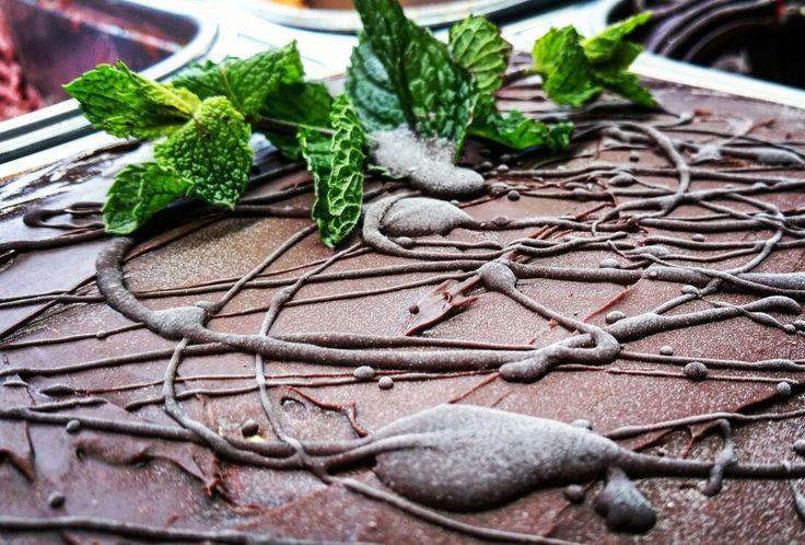 Pralinka - mäta v čokoládovom kabáte  www.callozmrzlina.sk  #callozmrzlina #callozmrzlinadolnykubin #zmrzlinavtvojommeste #zmrzlina #dolnýkubín #dnesjem #foodporn #food #icecream #gelato #rozvozzmrzlinypocelomslovensku #distribuciazmrzliny  #slovakia #slovensko #foodstagram #yummy #tasty #cake #delicious #sweet #instafood #pralinesncream #pralines