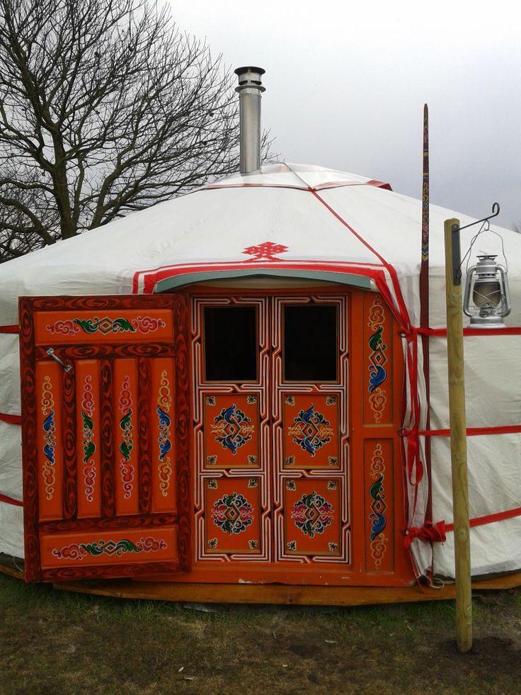 Wil je eens echt dat gevoel krijgen midden in de natuur te slapen. Doe dan eens wat nomadische herders tot op de dag van vandaag in Mongolië doen en slaap in een originele Mongoolse Yurt. Dit kan in 't Buitenland. En dat is dichterbij dan je denkt…. in Brabant namelijk!  #origineelovernachten #reizen #origineel #overnachten #slapen #vakantie #opreis #travel #uniek #bijzonder #slapen #hotel #bedandbreakfast #hostel #yurt